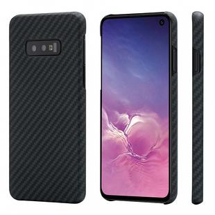 Чехол накладка для Samsung Galaxy S10e (Pitaka MagCase KS1001e) (черный) - Чехол для телефонаЧехлы для мобильных телефонов<br>Чехол Pitaka MagCase обеспечивает высококачественную защиту корпуса смартфона Samsung Galaxy S10e. Имея ультратонкий форм-фактор и очень малый вес, накладка в 5 раз крепче закаленной стали. Такое свойство было достигнуто за счет использования в аксессуаре арамидного волокна, созданного по фирменной технологии с использованием вакуумной формовки. Чехол идеально совместим с корпусом телефона, не влияет на работу беспроводных модулей, прием сигнала и беспроводную зарядку.